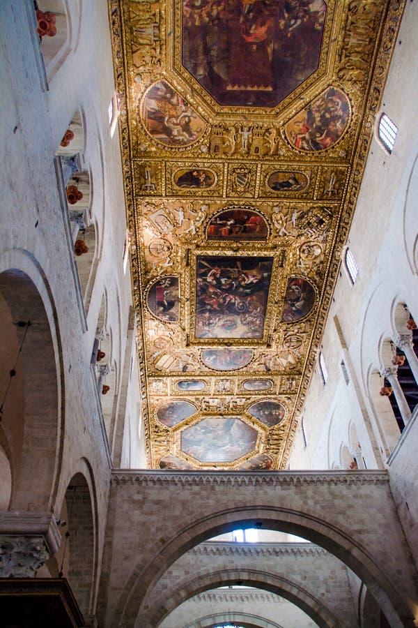 Icone della pittura del soffitto dentro la basilica di San Nicola immagini stock