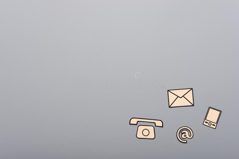 Icone di comunicazione e del contatto su fondo grigio fotografie stock