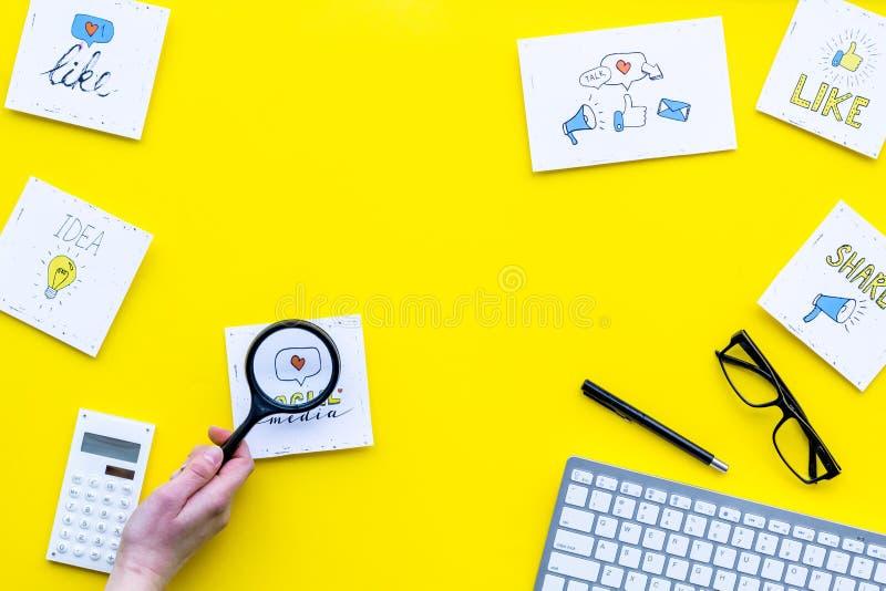 Icone di media di Socail sullo scrittorio del lavoro dell'esperto in vendita Promozione di Digital di beni e di servizi Vista sup immagine stock