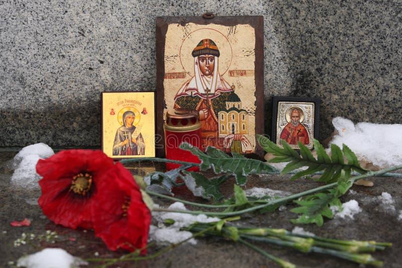 Icone e fiori ortodossi russi del papavero ad un cimitero immagini stock libere da diritti