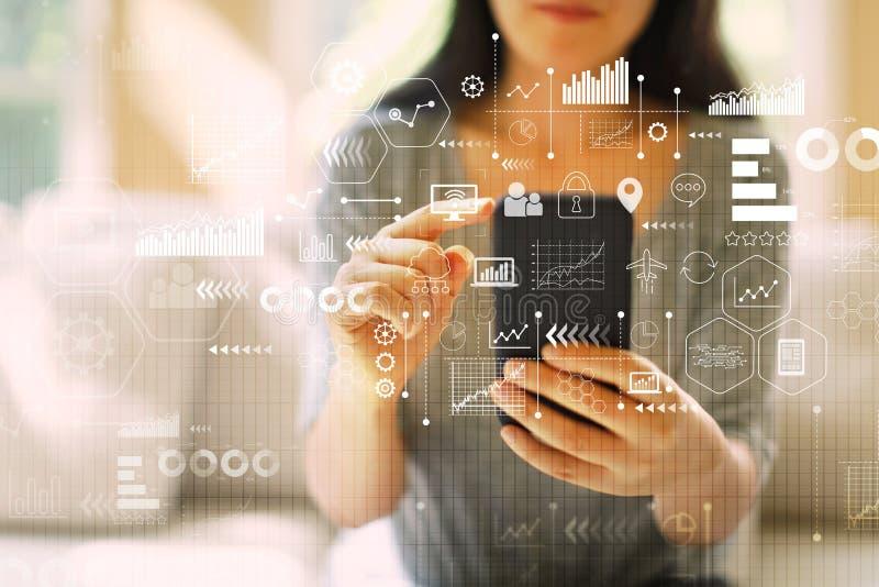 Icone e grafici virtuali con la donna che per mezzo di uno smartphone immagini stock