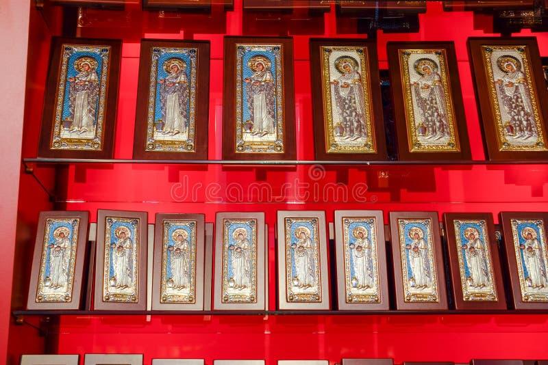 Icone ortodosse sul contatore del negozio fotografia stock