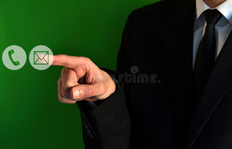 Icone virtuali del contatto commovente dell'uomo d'affari fotografia stock libera da diritti
