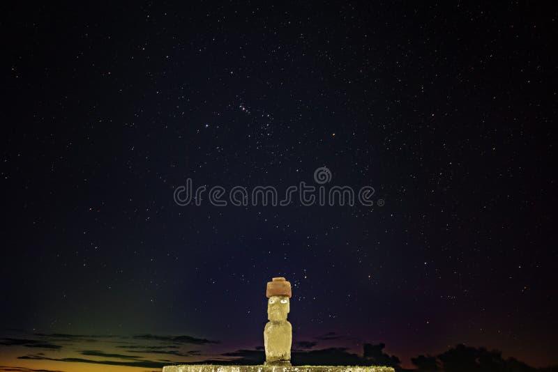 Iconic Ahu Ko Te Riku moai med ögon i Rapa Nui på natten royaltyfria foton