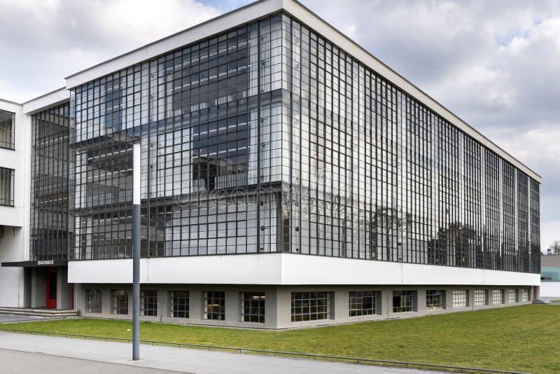 Iconic byggnad för Bauhauskonstskola i Dessau, Tyskland royaltyfri bild
