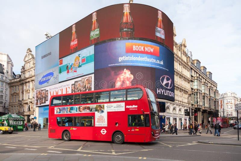 Iconic dubblett-däck buss på den Piccadilly cirkusen royaltyfri fotografi
