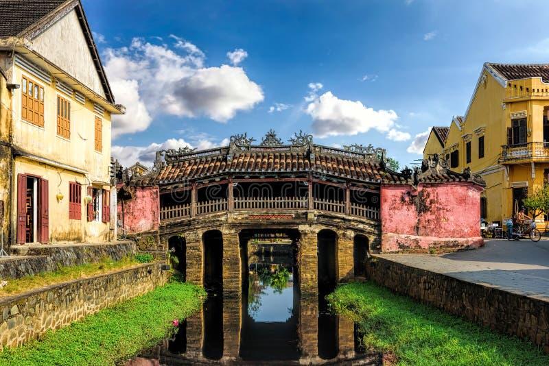 Iconic japansk bro i den gamla staden av den forntida staden av Hoi An Vietnam arkivbild