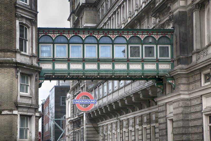 Iconic London underjordiskt gångtunneltecken på det Charing korset arkivfoto