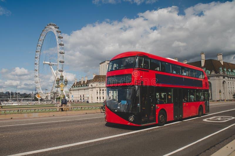 Iconic Red Double Decer Bus in London, Vereinigtes Königreich Der London Bus ist eines der wichtigsten Symbole Londons, das arche stockfoto