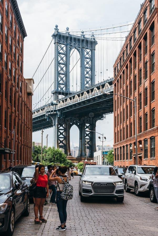 Iconic sikt av den Manhattan bron från Brooklyn royaltyfria foton