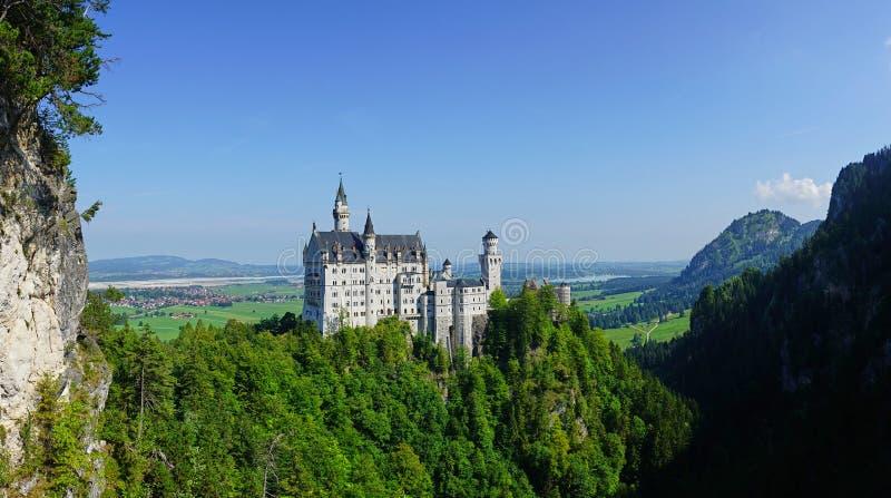 Iconic sikt för Neuschwanstein slott från Marienbrucke i Bayern arkivfoto