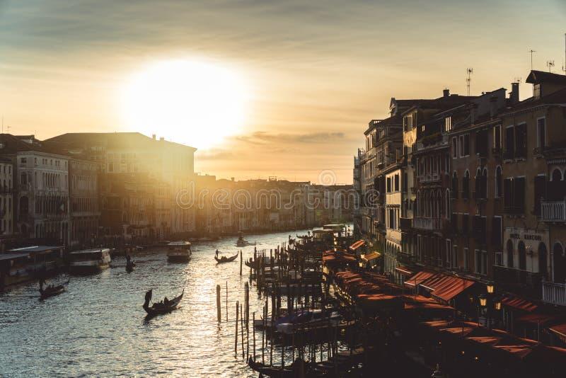 Iconic solnedgång i venice som reflekterar i kanalen royaltyfri fotografi