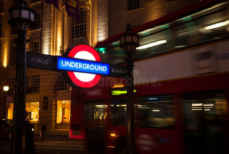 Iconisch Ondergronds de Buisteken van Londen in Regent Street stock foto's