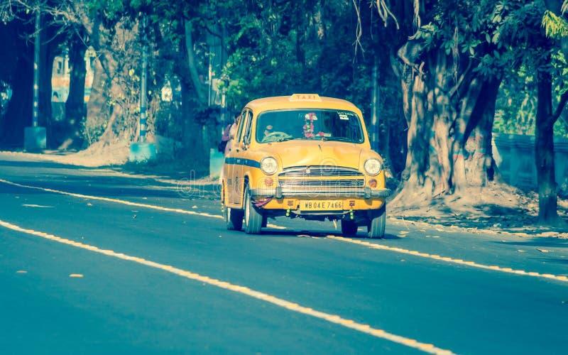 Iconische gele taxi in Calcutta Kolkata, West-Bengalen, India stock foto's