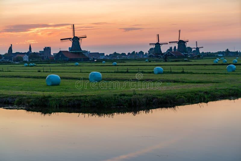 Iconische mening van de molens in Zaanse Schans, Nederland stock foto