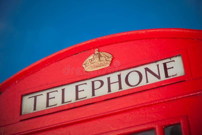 Iconische rode telefoondoos in Londen stock afbeeldingen