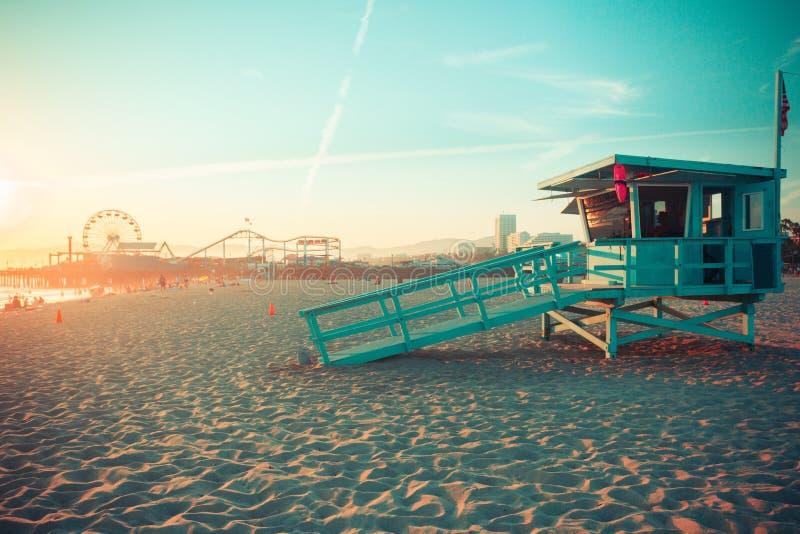 Iconische Santa Monica-reddingscabine tegen beroemd pretpark in zonsondergang stock afbeeldingen