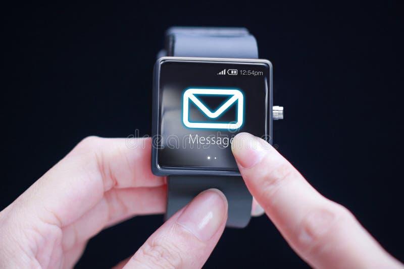 Icono conmovedor del mensaje de la mano en smartwatch fotos de archivo