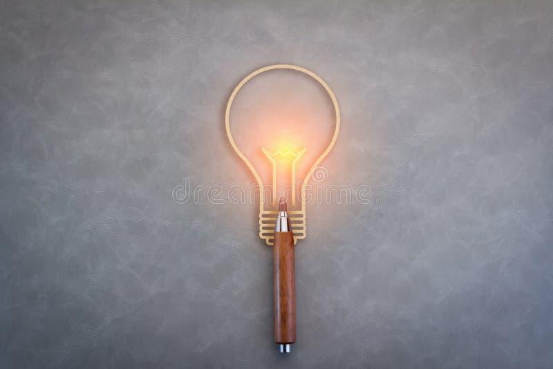 Icono creativo de las ideas con un lápiz y una bombilla imagen de archivo