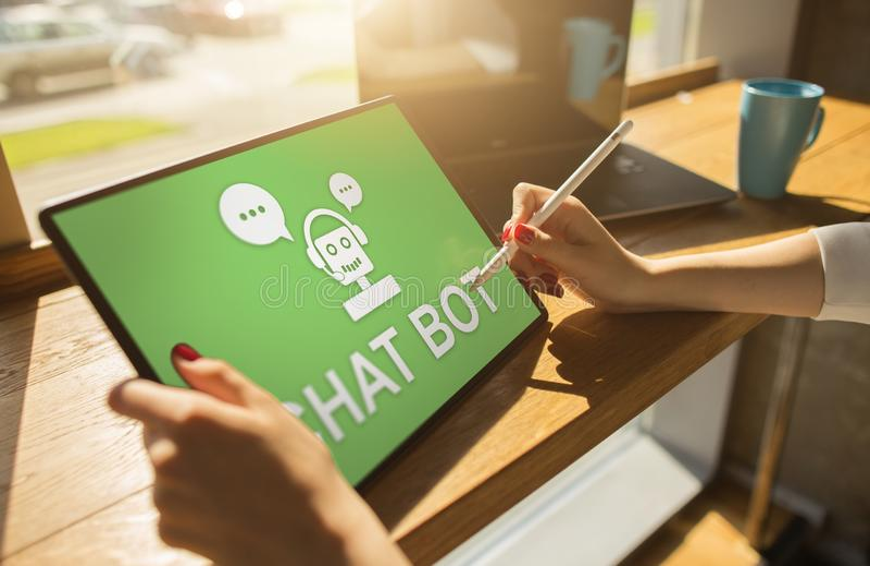 Icono de Chatbot en la pantalla del dispositivo Concepto de la automatización de la atención al cliente fotos de archivo libres de regalías