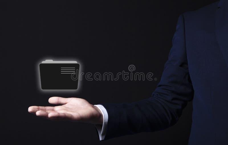 Icono de la carpeta en mano del hombre de negocios fotografía de archivo