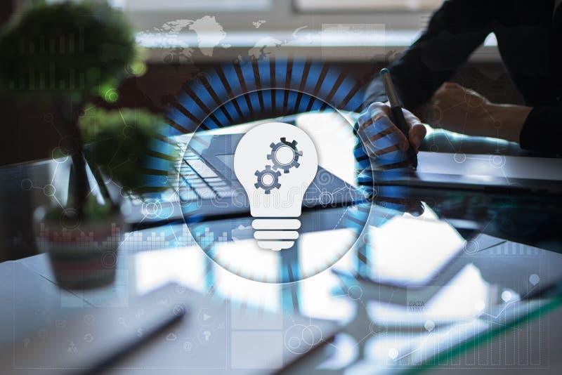 Icono de la lámpara en la pantalla virtual Solución del negocio Concepto social de los media imagenes de archivo