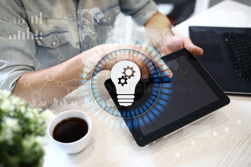 Icono de la lámpara en la pantalla virtual Solución del negocio Concepto social de los media fotografía de archivo libre de regalías