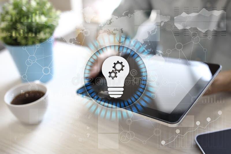 Icono de la lámpara en la pantalla virtual Solución del negocio Concepto social de los media imágenes de archivo libres de regalías