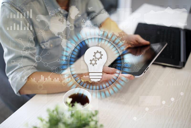 Icono de la lámpara en la pantalla virtual Solución del negocio Concepto social de los media foto de archivo libre de regalías