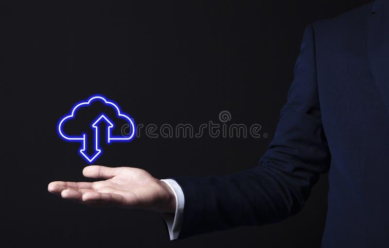 Icono de la nube en mano del hombre de negocios fotos de archivo