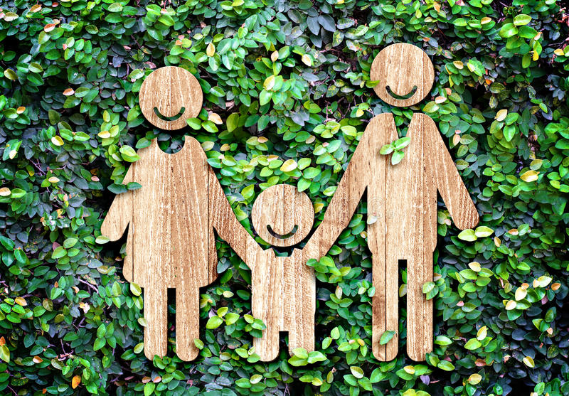 Icono de madera en la pared verde de la hoja, concepto de la familia feliz de Eco fotografía de archivo