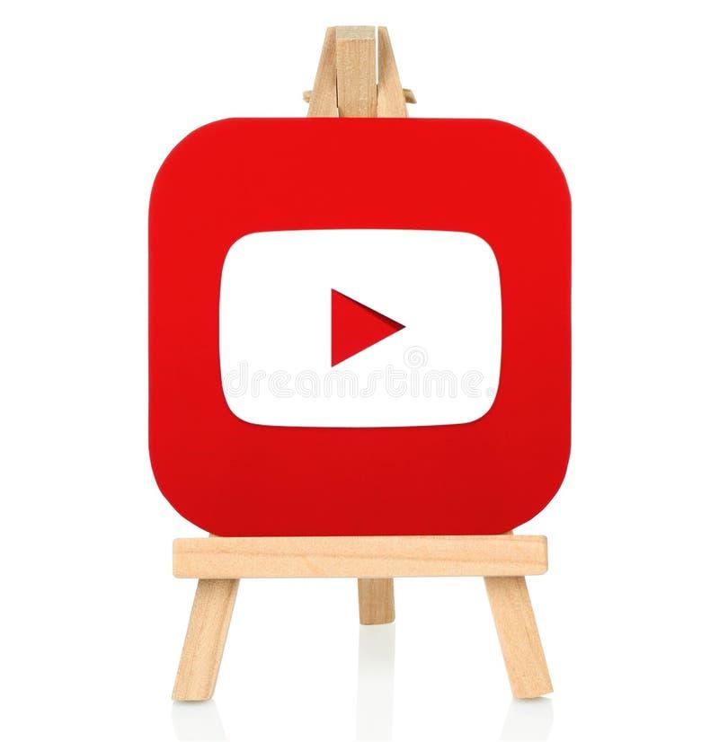 Icono de YouTube impreso en el papel y puesto en el caballete de madera fotos de archivo libres de regalías