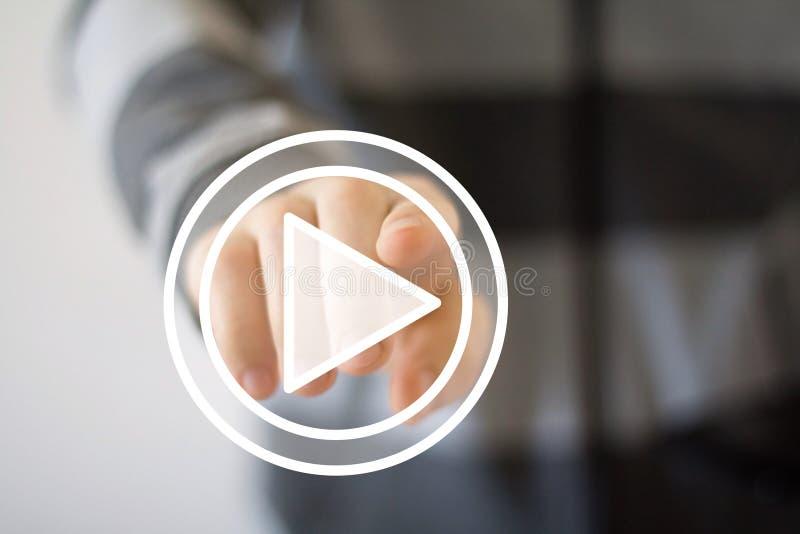 Icono del botón de reproducción de la prensa de la mano del hombre de negocios imagen de archivo libre de regalías