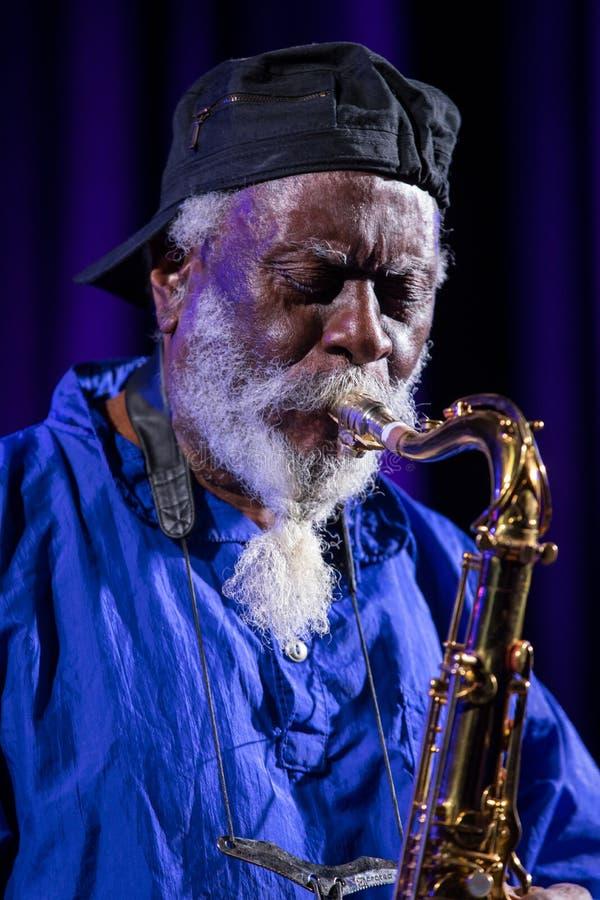 Icono del jazz del mundo - chorreadoras de Pharoah el icono Quartetet vivo en la etapa de Kijow Centro en el verano Jazz Festival fotografía de archivo