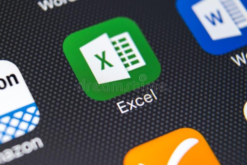Icono del uso de Exel en el primer de la pantalla del iPhone X de Apple Icono de Exel app Microsoft Office en el teléfono móvil M fotografía de archivo libre de regalías