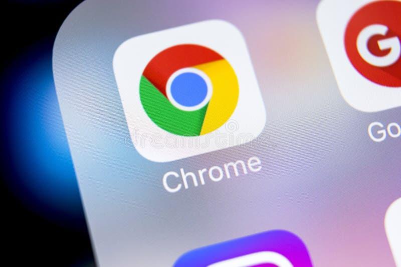 Icono del uso de Google Chrome en el primer de la pantalla del iPhone X de Apple Icono de Google Chrome app Uso de Google Chrome  fotos de archivo