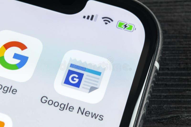 Icono del uso de Google News en el primer de la pantalla del smartphone del iPhone X de Apple Icono de Google News app Red social fotos de archivo libres de regalías