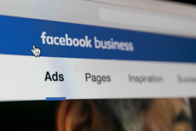 Icono del uso de los anuncios de Facebook en el primer de la pantalla de Apple iMac Icono del app del negocio de Facebook Aplicac foto de archivo