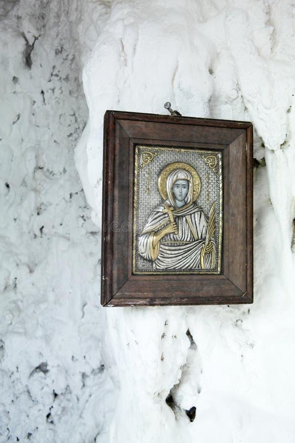 Icono griego contra una pared blanca en una capilla imágenes de archivo libres de regalías