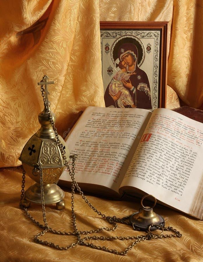 Icono, libros e incensario ortodoxos fotos de archivo