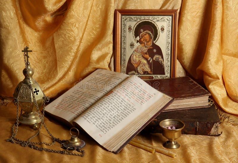 Icono, libros e incensario ortodoxos foto de archivo libre de regalías