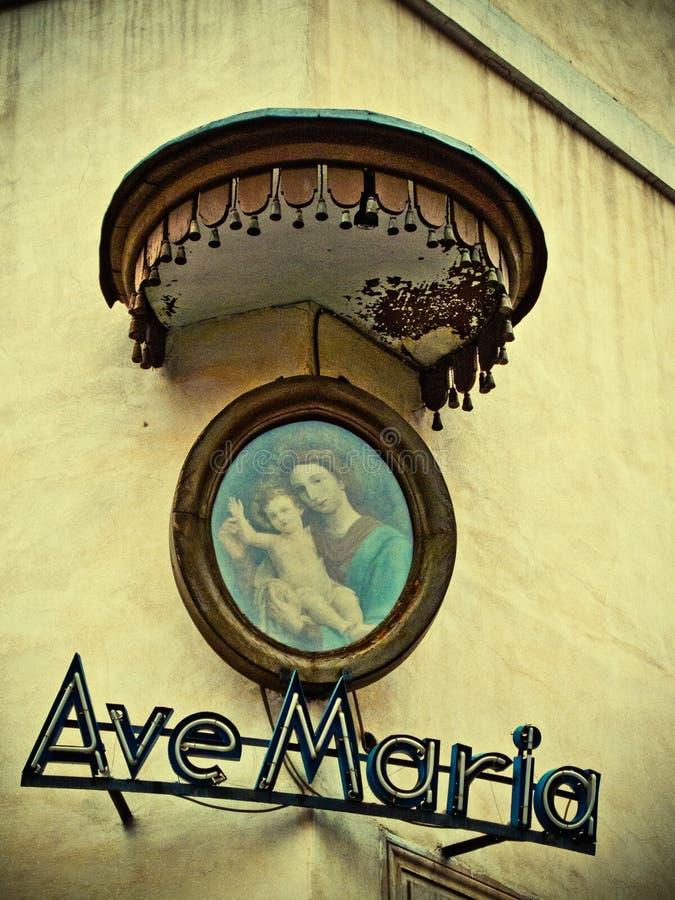 Icono religioso en esquina de calle fotos de archivo