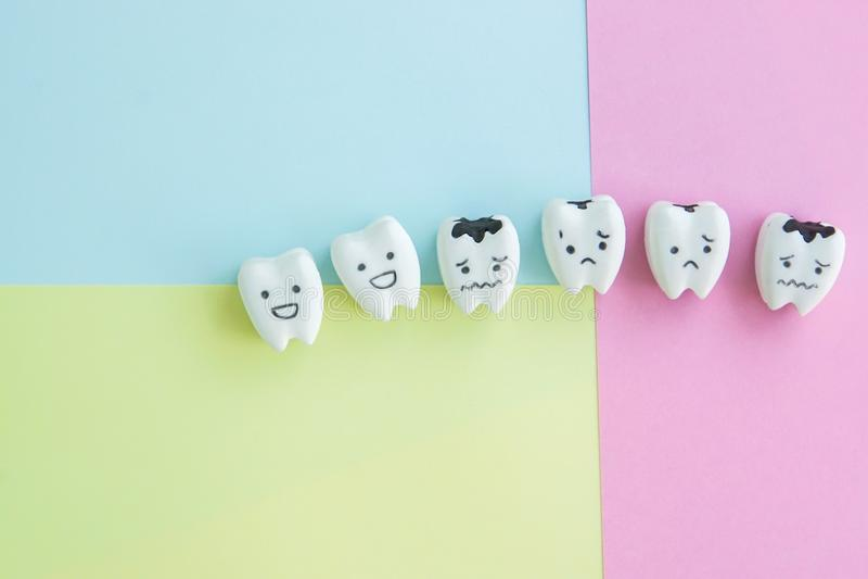 Icono sano y decaído de la historieta linda de los dientes en el contexto en colores pastel imágenes de archivo libres de regalías