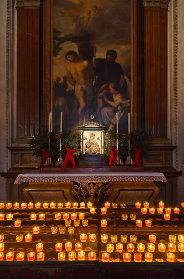 Icono y velas en catedral en Salzburg Austria foto de archivo libre de regalías