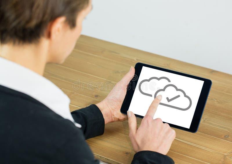 Iconos de la señal de la nube en la tableta con la mano fotos de archivo libres de regalías