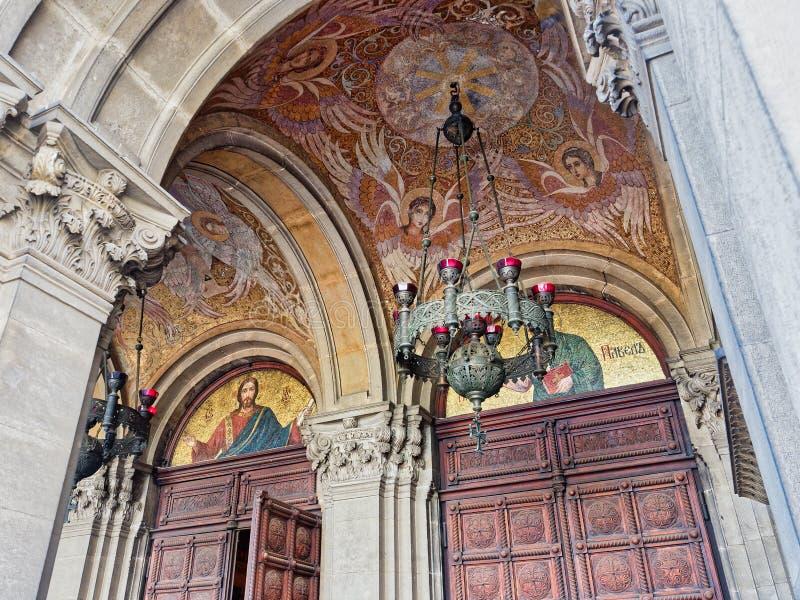 Iconos del mosaico, entrada a Alexander Nevsky Cathedral, Sofía, Bulgaria foto de archivo