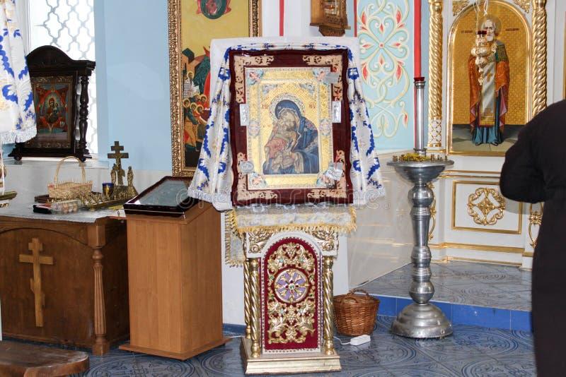 Iconos dentro de la iglesia ortodoxa ilustración del vector