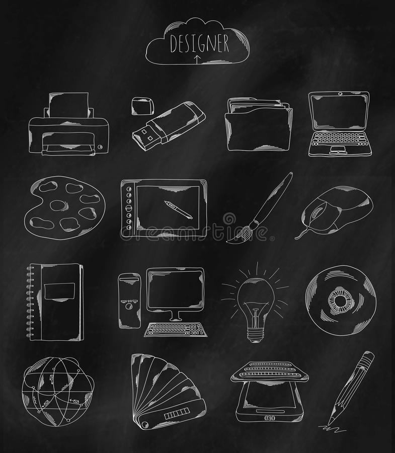 Iconos dibujados mano linear en el tablero de tiza Accesorios poseídos por el programador, el diseñador, Illustrator y el codific libre illustration