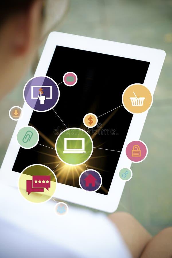 Iconos en la tableta, concepto del software de aplicación del negocio, haciendo compras foto de archivo libre de regalías