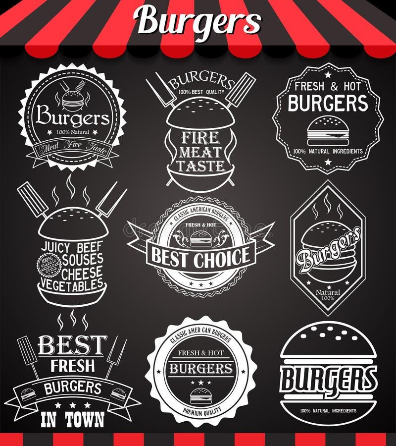 Iconos, etiquetas, muestras, símbolos e insignias determinados de la hamburguesa del blanco en la pizarra stock de ilustración